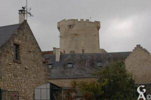 Donjon cylindrique édifié au XIVè siècle, d'une hauteur de 22 mètres qui a été classé