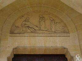 Sculpture au dessus de la porte de l'église - Contributeur : S.Linéatte