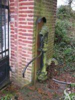 La pompe près de la chapelle d'où l'on tirait l'eau