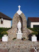 Oratoire érigé le 11 septembre 1955 en l'honneur de la Vierge et inauguré en présence de l'abbé G. Dupuy, la famille Verlin, les paroissiens, Mrs Ulesterlin et K. Preudhomme , maçons; Mrs R. Brulé et P. Brulé, peintres  - Contributeur : S. Sartori
