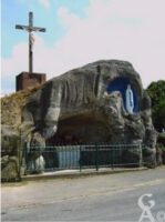 Le calvaire et la Grotte de la Vierge. - Contributeur : Aurore Vassaux