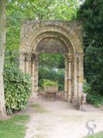 Le portail de l'ancienne église de Douchy, maintenant au jardin d'horticulture, Champs Elysées, Saint-Quentin - Contributeur : S.Sartori