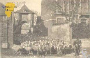 Entrée de la ferme Larue<br> La porte fortifiée est un vestige de l'ancien château-fort<br> Carte datée d'avant 1914 - Contributeur : T.Martin