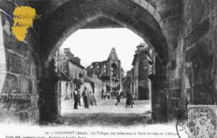 Le village, vue prise sous la porte fortifiée de l'Abbaye. - Contributeur : Guy Gilkin