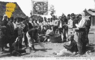 Camp de Sissonne - Épluchage des pommes de terre. - Contributeur : Guy Gilkin