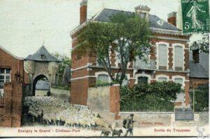 Le château-fort - Sortie du troupeau - Contributeur : T.Martin