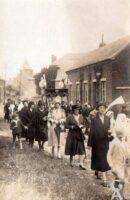 Procession 1920 dans la rue de Vervins - Contributeur : Elise Armand Isorez
