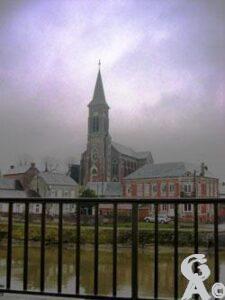 L'église vue du pont du Canal de la Sambre à l'Oise-Natty