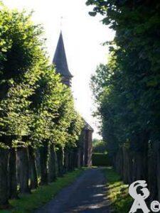 L'allée menant à l'église-Photo : S. Sartori
