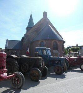 L'église et une expo de vieux tracteurs - Photo : Thérèse Martin