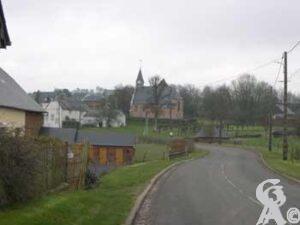 Vue d'ensemble du village-route de Chery