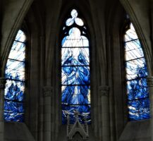 Les vitraux récents de l'abside (pose 2017 - 2020) vitrail central : le baptême du Christ,            Baies latérales : la foule venant se faire baptiser- JP Brazier