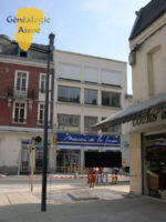 Le bâtiment actuel situé Rue Camille Desmoulins  La plaque est à peine visible, presque cachée derrière l'enseigne du magasin et un fil electrique !!!!