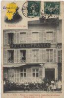 La maison telle qu'elle était en 1909 (Carte postale A.Laurent). Pour l'anecdote, la croix sur l'une des fenêtres est l'endroit où logeait l'expéditeur de la carte : un certain cousin Albert, représentant peut-être qui ecrit à la veuve Vaudoit de Grand Montrouge (Seine)