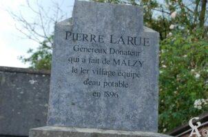 Stèle à Pierre LARUE, Généreux Donateur qui a fait de Malzy le premier village équipé d'eau potable en 1896. - Contributeur : Maryse Trannois