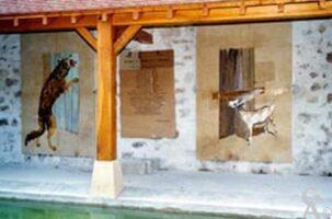 celui de la place de la Mairie, rue du Jeu d'Arc. Entièrement rénové, il accueil la fresque d'une fable de Jean de la Fontaine, Le loup, la chèvre et le chevreau.  - Contributeur : Sébastien Sartori