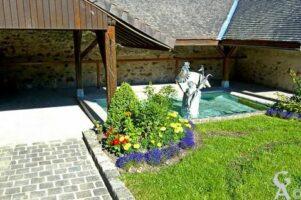 le lavoir qui est situé à droite de l'église, sur la place du village, se trouve une magnifique illustration de la fable