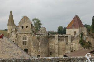Le château, construit entre les XIVe et XVIe siècle est à l'état de ruines, la poterne est classée