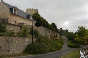 Petite forteresse qui servait de demeure seigneuriale à un compagnon de Jeanne d'Arc dans un premier temps, devenue exploitation agricole au XVIIè siècle et detruite en grande partie en 1886.    - Contributeur : Maryse trannois
