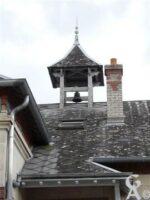 la cloche sur le toit de l'école et de la mairie. - Contributeur : Sébastien Sartori