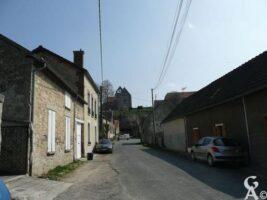 Rue du village avec l'église en arrière-plan - Contributeur : M.Leleu