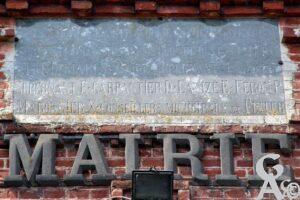 Inscription sous l'horloge de la mairie - Contributeur : André Demolder