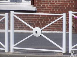 Une barrière avec un couvercle de Le Creuset au centre - Contributeur : Nathalie Debreux