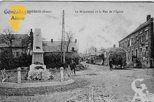 Le monument et la rue de l'église en 1906 - Contributeur : Jean Claude Menu