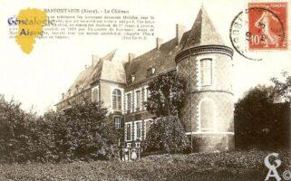 le Château, un des beaux et rares spécimens des anciennes demeures féodales, dont la Thiérache était couverte jadis, qui ait conservé son entière intégrité. Une large inscription, en briques vitrifiées, au dessus des fenêtres du 2éme étage, à gauche, atteste qu'il a été construit en 1619 par Marguerite de Beaumont dame de Marfontaine. A droite, superbe tour qui servait autrefois de Chapelle. Plus à droite encore, l'entrée du château.      - Contributeur : Isabelle Emery