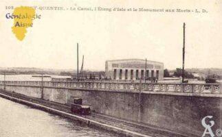 le canal, l'étang d'Isle et le Monument aux Morts. - Contributeur : Guy Gilkin