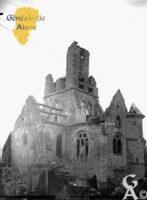 L'Église Saint-Caprais  en 1918 - dont la construction primitive remonterait au XIèe siècle pour se poursuivre jusqu'au XVème siècle. - Contributeur : base de données Mérimée / Ministère de la Culture et de la Communication - Direction de l'Architecture et du Patrimoine.