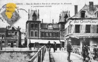 Place du Marché et Pont de Fer détruit par les Allemands et provisoirement réinstallé. - Contributeur : Guy Gilkin
