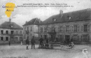 Mairie - École - Bureau de Poste - Place Publique avec la Fontaine Saint-Jean-Bâptiste, patron de la localité, édifiée en 1877.  - Contributeur : Guy Gilkin