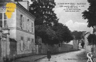 Rue Saint-Waast - Cette propriété appartenait en 1639 à Mr Jean Racine et Dame Marie Desmoullin ailleuls du grand poëte. - Contributeur : Guy Gilkin