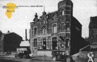 La Rue du Presbytère et la Mairie - Contributeur : Guy Gilkin