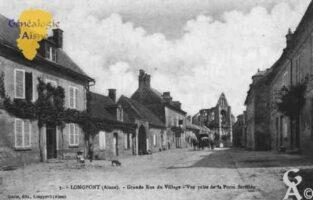 Grande rue du village, vue prise de la porte fortifiée. - Contributeur : Guy Gilkin
