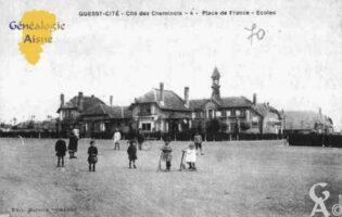 Quessy-Cité - Cité des Cheminots - Place de France - Écoles - Contributeur : Guy Gilkin