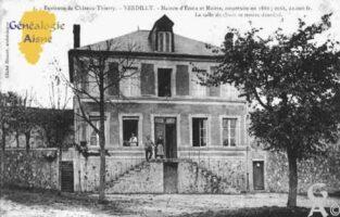 Maison d'École et Mairie, la salle de classe se trouve derrière, construite en 1886, coùt 22 000 frs. - Contributeur : Guy Gilkin