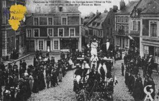 Cavalcade de Vervins - Défilé du cortège devant l'Hôtel de Ville, au premier plan le char de la France au Maroc. - Contributeur : Guy Gilkin