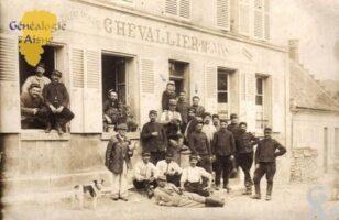 Maison CHEVALLIER - Voici une photo du cafe familiale CHEVALLIER avec mon grand pére de 10 ans et sa mère à VENIZEL ainsi que les conscrits de 1914. - Contributeur : Chevallier