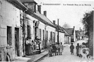 La grande rue et la mairie - Contributeur : C. et A.Rousselle