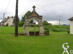 Portail de l'ancienne église.<br></noscript>Photo:M.Nivelet