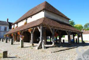 ce village de caractère comprend de nombreux éléments architecturaux. Au milieu de la place, une superbe halle du XVIIe siècle (une des plus ancienne de France) avec charpente de chêne, agrémente le village. M.Trannois.