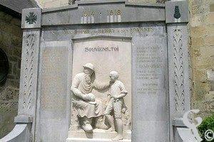 Stèle encadrant un groupe sculpté qui représente un vieillard et un enfant surmontés de l'épitaphe :