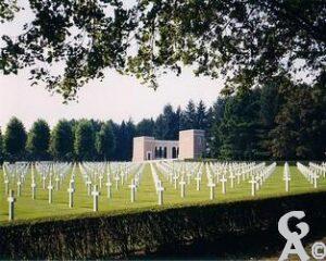 Le cimetière américain de Seringes-et-Nesles se trouve sur la commune française de Seringes-et-Nesles, à environ trois km à l'est de Fère-en-Tardenois et 26 km au nord-est de Château-Thierry, dans le département de l'Aisne en Picardie.  Ce site de 36,5 acres contient les tombes de 6012 soldats américains tués au combat dans les environs pendant la Première Guerre mondiale ainsi qu'un monument pour 241 Américains qui ont donné leur vie pour leur pays et dont les restes n'ont jamais été retrouvés.  Parmi les soldats qui ont perdu la vie figure le poète Joyce Kilmer.  Le première classe Eddie Slovik était aussi enterré là jusqu'en 1987; ses restes sont alors rapatriés aux États-Unis pour être enterrés auprès de sa femme. Photo ABMC. Contributeur Wikipédia, Commons et Rodovid