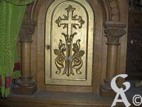 L'église - Le tabernacle ( meuble qui habrite le ciboire contenant les hosties consacrées au cours de la messe)