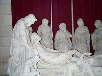 L'église - Mise au tombeau du début du XVI éme siècle à 11 personnages, restes du rétable du XVI éme siécle et ses statues en pierre.