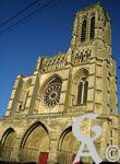 La cathédrale - La façade. Particularité de la cathédrale de Soissons, qui ne posséde qu'une seule tour.