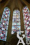 La cathédrale - Les précieux vitraux diffusent une douce lumière.