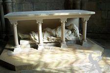La cathédrale - Un gisant. Sculpture funéraire représentant un personnage couché.
